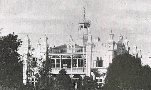 villaen og hovedbygningen &-8221;aldersro&-8221;, som den tog sig ud i årene lige efter århundredeskiftet, men to balkoner, skifertag og 14 spir
